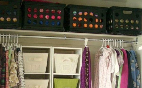 Сезонные вещи можно сложить в контейнеры, и поставить те на верхние полки шкафа