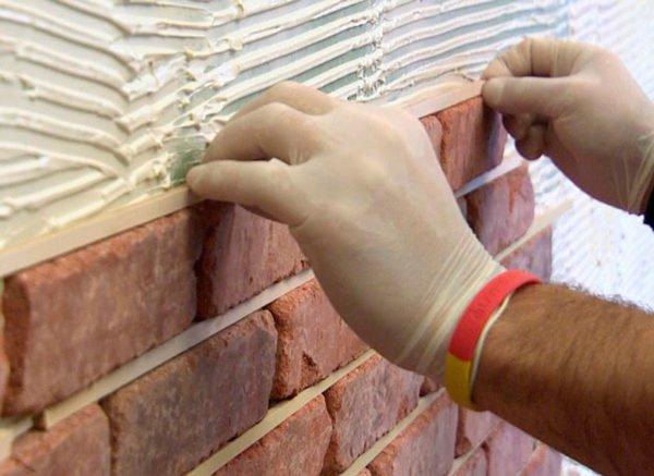 Ширина швов определяется еще во время облицовки поверхности, поэтому, если зазор изначально узкий, исправить это количеством фуги не получится