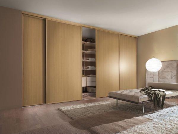 Широкие двери в сложенном виде образуют сплошную стену, что выгодно подчеркивает минимализм интерьера