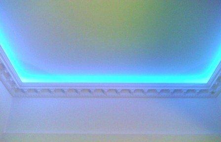 Широкий молдинг скрывает светодиодную подсветку потока.