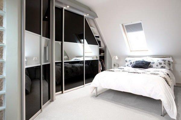 Шкаф-купе с зеркальными панелями
