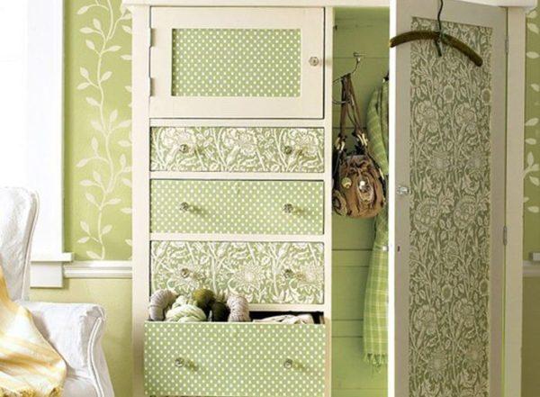 Шкаф оформлен в едином цвете со стенами