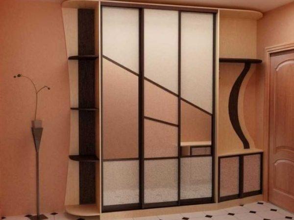 Шкаф подбирается под оформление стен, чтобы все элементы смотрелись единым целым