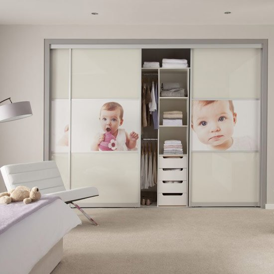 Шкаф с фото вашего ребенка будет улучшать вам настроение в спальне.