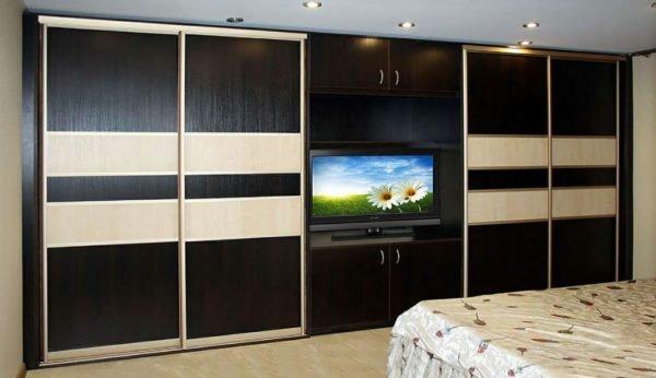 Шкаф с телевизором в спальне