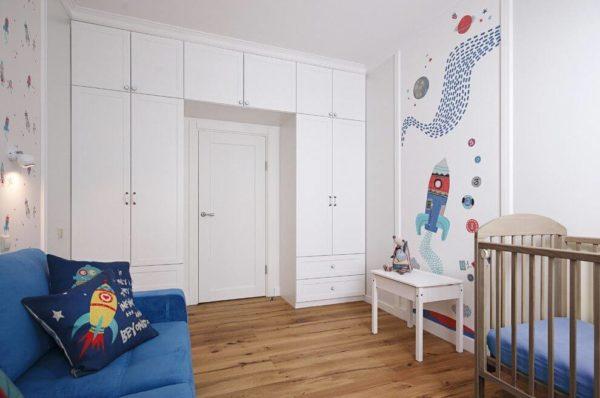 Шкафы убранные к дверям высвобождают массу полезной площади в комнате и делают ее визуально больше.