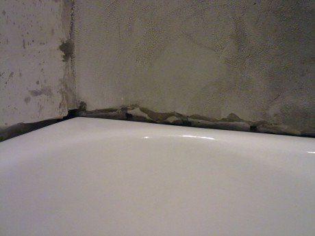 Шов между стеной и ванной при некачественной герметизации станет причиной луж на полу.