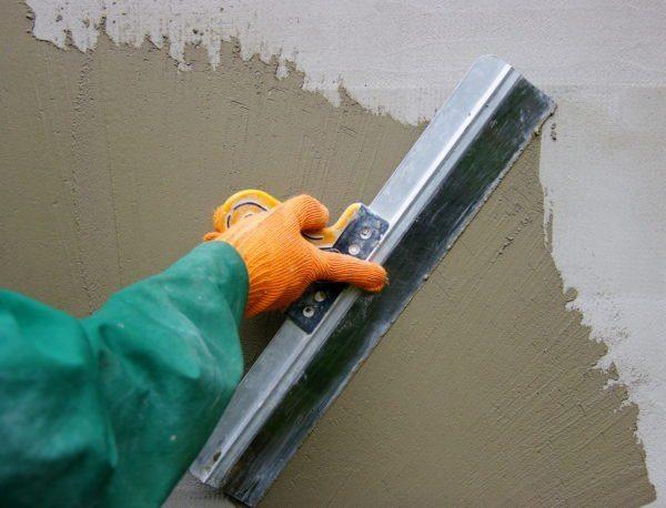 Шпаклевание цементной смесью по разделительному слою адгезионного грунта.