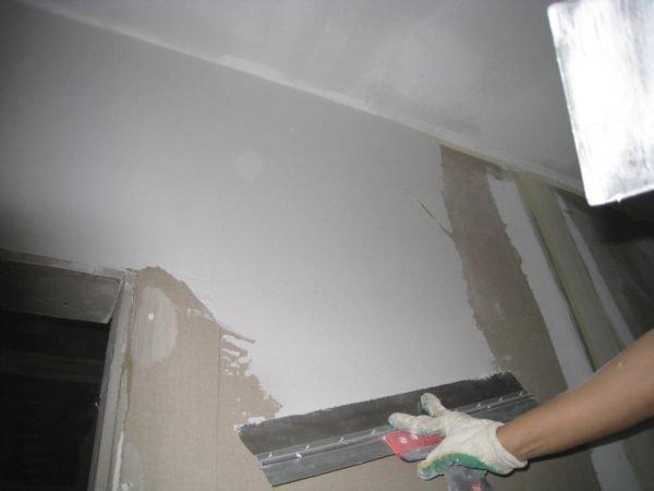 Шпаклевание всей поверхности стен.