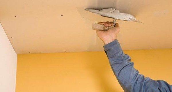 Шпаклёвочной смесью на основе ПВА удобно шпатлевать даже потолок