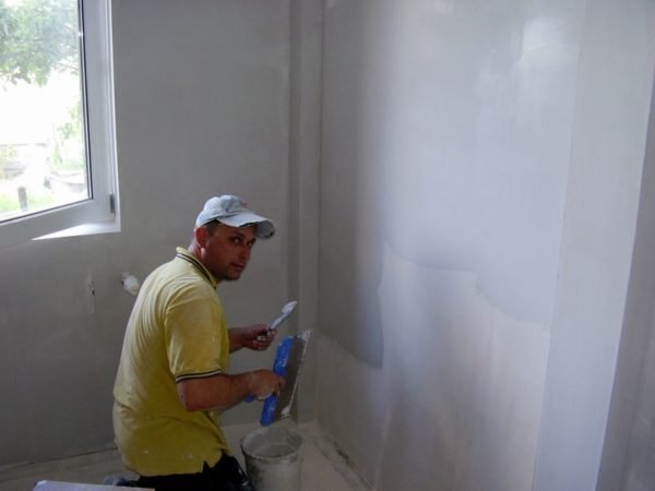 Шпатлевание стен в панельном доме.