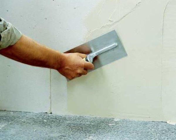 Шпатлевать стены необходимо до отделки потолка