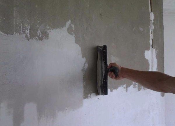 Шпатлевка наносится непосредственно на поверхность панельной перегородки.