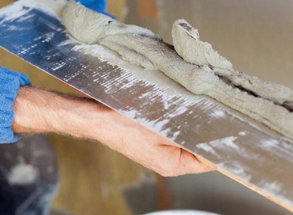 Шпатлевка равномерно накладывается на широкий шпатель.