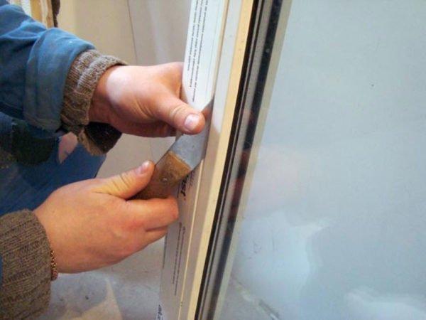 Штапик поддевается острым предметом и вынимается параллельно плоскости стекла.