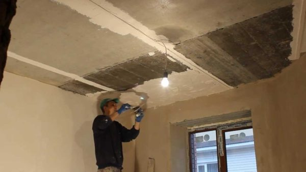 Штукатурка накладывается средним шпателем на прямоугольный и намазывается на потолок.