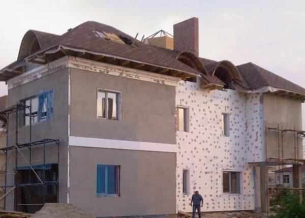 Штукатурка утепленных фасадов — процесс несложный, но очень ответственный