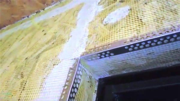 Штукатурные уголки подрезаны и установлены в дверном проеме