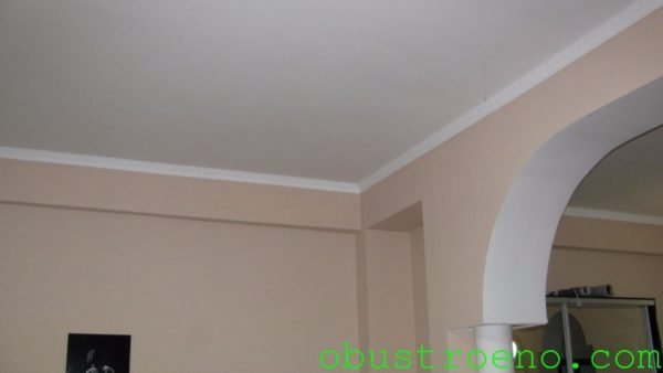 Штукатурный потолок в моей гостиной.