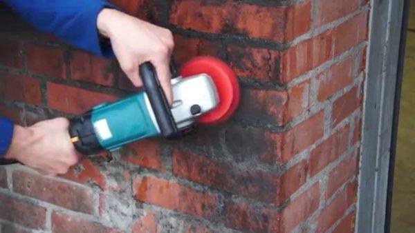 Сильные загрязнения с кирпича можно убрать при помощи болгарки.