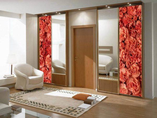 Симметрия в дизайне хорошо смотрится на шкафах вокруг дверей.