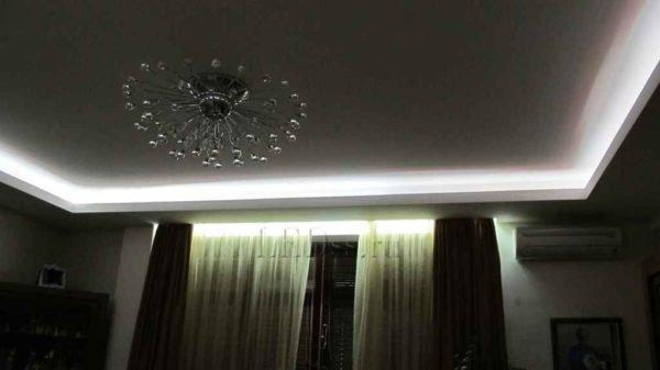 Скрытая подсветка потолка.