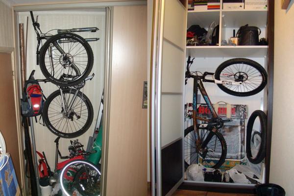 Слева пример шкафа со сдвижными дверями, а справа - с распашными створками