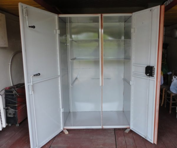 Слишком глубокие шкафы не очень удобны в использовании, максимальная глубина не должна превышать 70-80 см