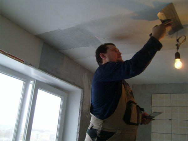 Смесь на основе гипса вне конкуренции, когда нужно выровнять всю поверхность потолка.