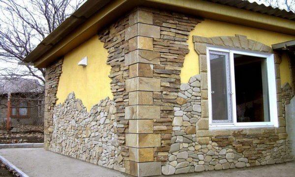 Смешанная облицовка фасада камнем.