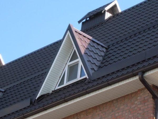 Смотровое окно и кровля крыши обшиваются одинаковым материалом.