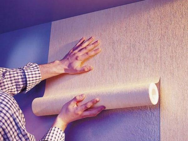 Сначала нужно выполнить отделку стен, а затем можно монтировать напольное покрытие