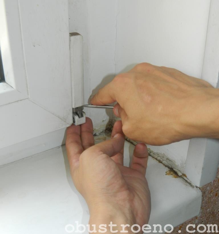 Снимаем колпачок с нижней петли