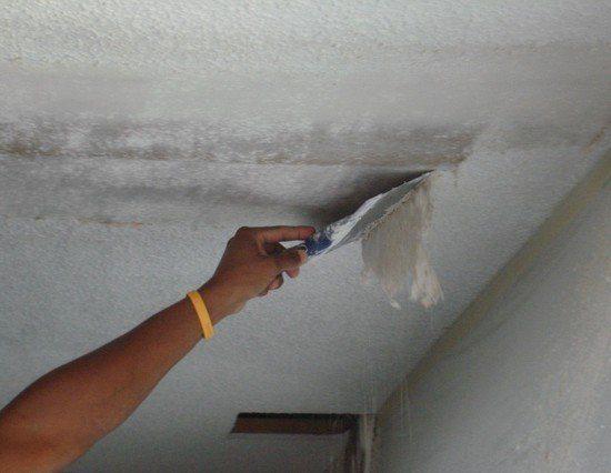 Снятие водоэмульсионки с потолка шпателем.