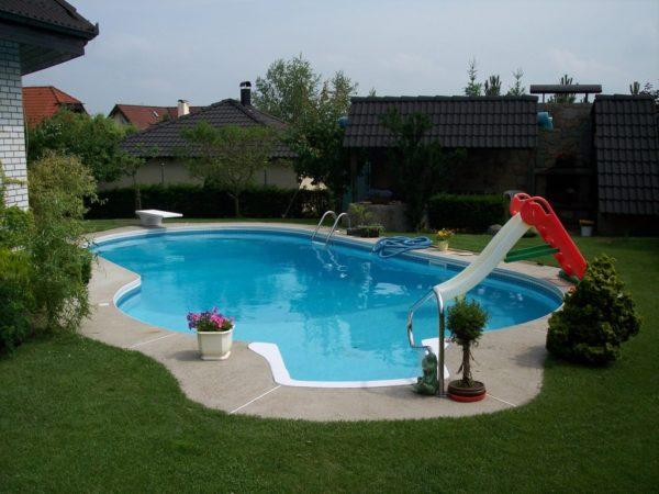 Собственный бассейн на загородном участке.