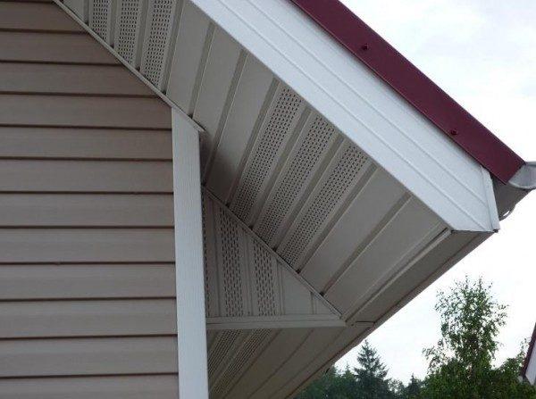 Софиты активно применяются для отделки подкровельных элементов не только при использовании винилового сайдинга, но и в сочетании с любыми другими фасадами