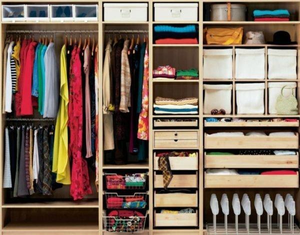 Сортировать вещи в шкафу можно по сезонам, материалам и даже цветам