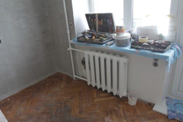 Созданная радиатором тепловая завеса прогревает стекла.