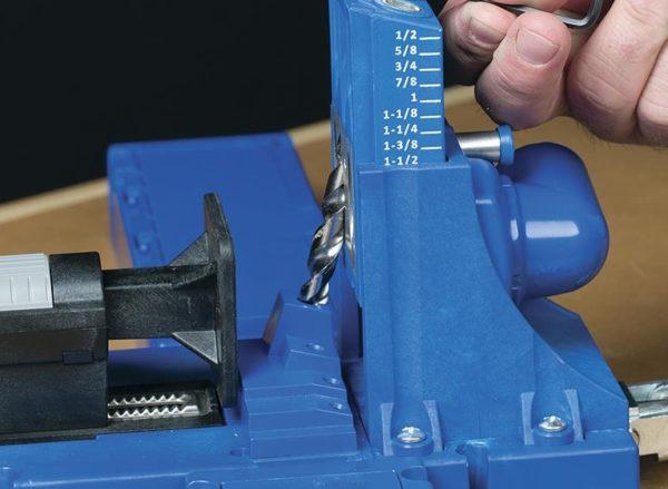 Специальное приспособление позволяет делать потайные отверстия под нужным углом на соединениях