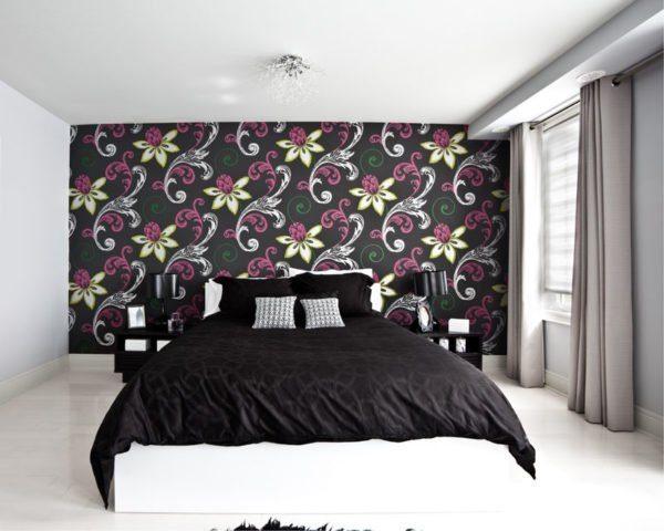 Сплошное оклеивание стены у изголовья кровати.