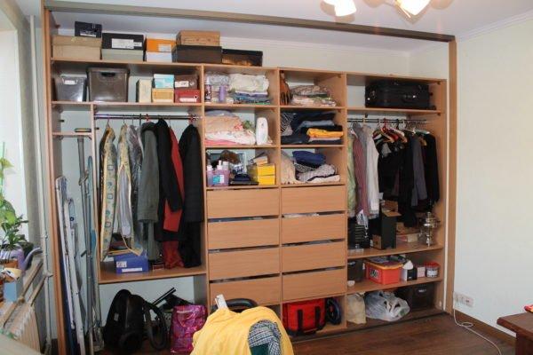 Стандартное наполнение гардероба – место нашлось для всего необходимого, даже для гладильной доски