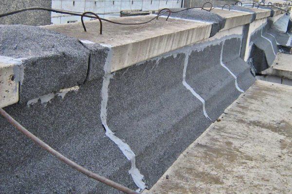 Стандартное устройство примыкания, когда рубероид заводится под плиту, уложенную поверх парапета