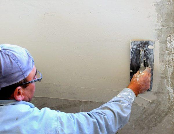 Стартовое шпатлевание позволяет выровнять поверхность стен