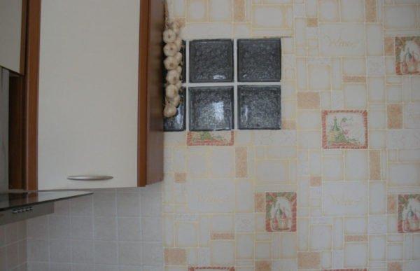 Стеклоблоки считаются хорошим выходом при обустройстве оконного проема между кухней и ванной.