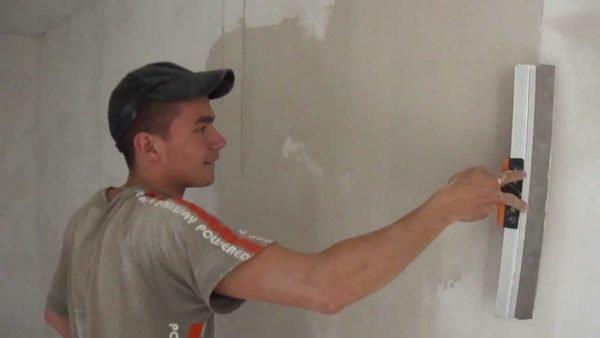 Стена полностью шпаклюется одним-двумя слоями шпаклевки.