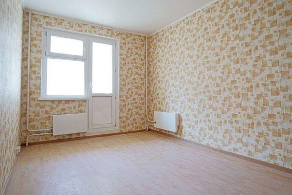 Стены квартиры на фото отделаны бумажными обоями.