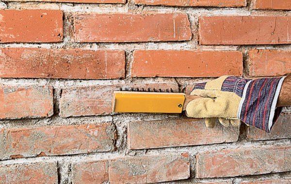 Стены нужно очистить от пыли при помощи щетки