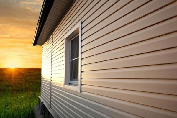 Стены, обшитые виниловым сайдингом, выглядели бы менее аккуратно, если бы не детали, прикрывающие зазоры по углам и на откосах
