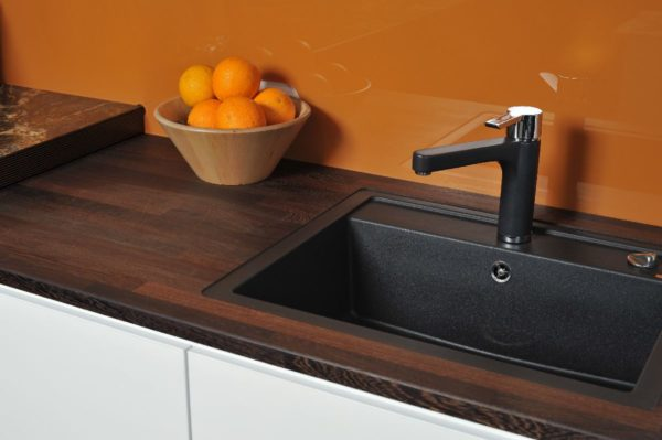 Столешница рабочей поверхности кухни изготовлена из МДФ