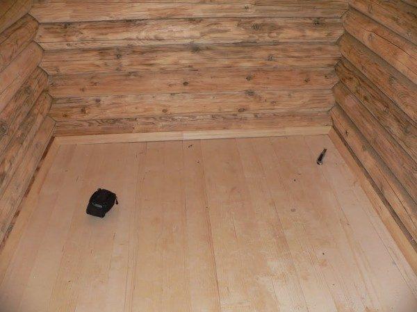 Строящаяся деревенская баня внутри с деревянным полом